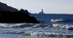 Phare de la Vieille - la pointe du Raz vue de la baie des Trépassés (en arrière-plan l'Île de Sein)