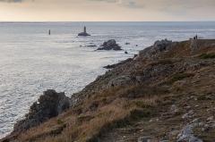 Phare de la Vieille - Pointe du Raz, au fond l'île de Sein