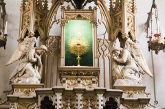 Chapelle Sainte-Eugénie -  The eucharistic tower houses a monstrance surrounded by thurifers angels.