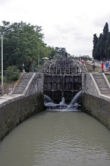 Canal du Midi : écluses de Fonsérannes -  Locks n° 6, view from the bridge of the lock keeper's dwelling. Note the oblong shape of the basins built in this way to resist the pressure generated by the mass of earth to be contained. Note also the double flights of stairs (all classified) giving access to the lock manoeuvring areas..