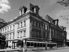 Bourse du Travail - Vue générale de la bourse du travail de Saint-Etienne, chef-lieu du département de la Loire. Le bâtiment est l'oeuvre de Léon Lamaizière qui, outre cette construction, a fortement marqué l'urbanisme stéphanois par de nombreuses réalisations architecturales. A noter la rame de tramway de type Vevey-Alsthom qui équipe le réseau stéphanois.