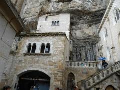 Parvis et escaliers de la cité religieuse - Français:   Rocamadour. Cité religieuse. Dans le rocher on aperçoit l\'épée.