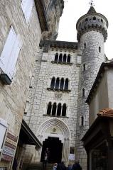 Parvis et escaliers de la cité religieuse - Français:   Rocamadour, Lot, France - cité réligieuse, la cinquième porte la porte Sainte.