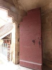 Parvis et escaliers de la cité religieuse - Français:   Vantail de la porte Sainte permettant l\'accès au sanctuaire de Rocamadour (Lot, France)