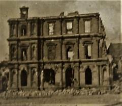 Ensemble architectural  de l'hôtel de ville, du beffroi et de la halle - English:   L\'ancien hôtel de Ville de Saint-Lô, France, 1944