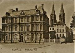 Ensemble architectural  de l'hôtel de ville, du beffroi et de la halle -  L\'ancien hôtel de Ville de Saint-Lô, France, années 1910. En 1849, l\'hôtel de ville de Saint-Lô est construit sur la place Alfred-Dusseaux (aujourd\'hui place du Général-de-Gaulle), selon les plans de l\'architecte Gustave-Napoléon Doisnard, ancien architecte du département, qui s\'est inspiré de celui de Paris. Il abrite le marbre de Thorigny, érigé en 238 après J.-C. Les bureaux sont au rez-de-chaussée, la salle des fêtes et celle du conseil occupent le premier étage, la bibliothèque municipale comptant 10 000 ouvrages le second.L\'hôtel de ville est rasé par les bombardements de la Libération en juin 1944. ( Nadine Boursier, «Une visite de Saint-Lô avec un guide d\'avant-guerre», Ouest-France, 19 août 2009 [1])