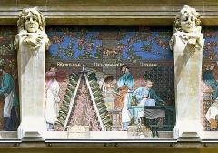 Cellier d'expédition - Polski: Mozaiki na fasadzie frontowej piwnic szampana braci Mumm