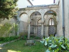 Synagogue - Français:   Toul Synagogue portique - Derrière la synagogue, dans une petite cour non visible depuis la rue, se trouve l\'ancienne école hébraïque édifiée en 1869, précédée d\'un portique également classé.