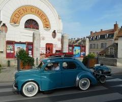 Cinéma Eden - Français:   Renault 4CV remorquant sa (très) petite sœur (voiture à pédales de couleur identique, sur une remorque à une roue).