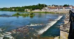 Grand pont sur la Loire - Deutsch: Blick von der Großen Brücke auf die Stadt, La Charité-sur-Loire, Département Nièvre, Region Burgund (heute Burgund-Franche-Comté), Frankreich