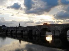 Grand pont sur la Loire - Deutsch: La Charité-sur-Loire: Sonnenuntergang über dem Vieux Pont