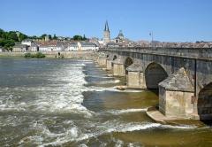 Grand pont sur la Loire - Français:   Vieux pont du XVIème siècle sur l\'un des bras de la Loire à la Charité sur Loire, Nièvre, Bourgogne, France