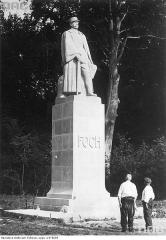 Clairière de l'Armistice - Polski: Widok na pełnopostaciowy kamienny monument marszałka Ferdinanda Focha.
