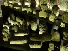Temple gallo-romain de la forêt d'Halatte - Français:   Présentation des ex-voto dans la salle voûtée du premier sous-sol, avec un éclairage changeant, mais dans une pénombre constante.