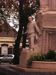 Monument aux morts de la compagnie des mines de Lens, situé à l'intersection de la route de Béthune et de l'avenue de la fosse 12 - Français:   Monument aux morts Lens