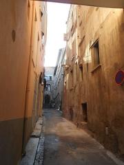 Couvent des Dames de Saint-Sauveur - Català: Carreró que és on hi havia l'ala oriental del claustre