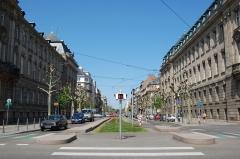 Ancien bâtiment ministériel (ouest) , actuellement Direction régionale des impôts, Direction des services fiscaux du Bas-Rhin (4 place de la République) , Trésorerie générale de la région Alsace et du département du Bas-Rhin (25 avenue des Vosges) - Français:   Avenue de la Paix, Strasbourg. A gauche, l\'Hôtel des impôts, à droite la Préfecture d\'Alsace et du Bas-Rhin, deux édifices quasi-jumeaux de Ludwig Levy. Leur façade principale se trouve sur la Place de la République.