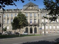 Ancien bâtiment ministériel (ouest) , actuellement Direction régionale des impôts, Direction des services fiscaux du Bas-Rhin (4 place de la République) , Trésorerie générale de la région Alsace et du département du Bas-Rhin (25 avenue des Vosges) - Français:   L\'Hôtel des impôts de Strasbourg - spacieux, mais pas accueillant...