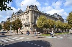 Ancien bâtiment ministériel (ouest) , actuellement Direction régionale des impôts, Direction des services fiscaux du Bas-Rhin (4 place de la République) , Trésorerie générale de la région Alsace et du département du Bas-Rhin (25 avenue des Vosges) -  Ancien ministère ouest au temps de la Prusse, ce superbe bâtiment accueil aujourd'hui les finances publiques