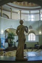 Bains municipaux -  Nonobstant son arrivé tardive dans ce lieu, cette statue aux inspirations grecques a clairement trouvé sa place dans cet ensemble aux allures antiques.