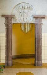 Bains municipaux -  Fritz Beblo fut en charge de réalisé cet édifice. L'architecte de la ville n'était pas à son coup d'essai. Et livra une fois de plus un chef oeuvre assez éclectique comme par cette encadrement de porte et son style inqualifiable.