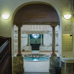 Bains municipaux -  L'eau de ce petit bassin hexadecagonal doit rester à 37° pour permettre un meilleur soin à ses utilisateurs. Cet eau est de plus vidé tous les soirs permettant le gage de qualité.