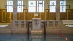 Bains municipaux -  Ce mascaron grotesque et ces vitraux sont des bons exemples pour afficher le côté art nouveau de ce lieu éclectique.