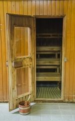 Bains municipaux -  Une petite hutte a élue domicile en ces lieux pour permettre à ses occupants de quelques minutes de profiter d'une chaleur extrême pouvant presque atteindre les 100°C.