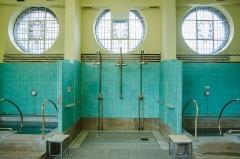 Bains municipaux -  Ces bains pouvaient atteindre eux-aussi des températures très élevés. Les thermomètres situés aux milieux du mur ont comme intervalle de 20 à 60 degrés Celsius.