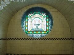 Bains municipaux -  L'ensemble du bâtiment est très lumineux grâce à toutes ses ouvertures joliment agrémentées de vitraux comme ici.