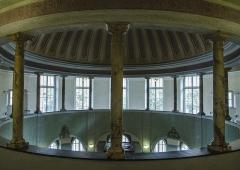 Bains municipaux -  Entre deux plongeons ou soins dermatologiques, pourquoi pas se poser à proximité de cette jolie coupelle aux inspirations romaines.