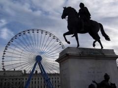 Statue de Louis XIV - Statue équestre de Louis XIV ainsi que la grande roue sur la place Bellecour, à Lyon (France)