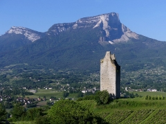 Site archéologique de Chignin - English: Sight, in the early morning, of Tour des Archers medieval tower on the heights of Chignin, in Savoie, France. At the background can be seen Mont Granier mountain.