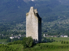 Site archéologique de Chignin - English: Sight, in the early morning, of Tour des Archers medieval tower on the heights of Chignin, in Savoie, France. At the background can be seen Myans monastery and tower.