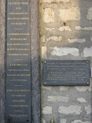 Cimetière de Picpus et ancien couvent des chanoinesses de Picpus - English: Plaques at the entrance of the field of the common graves where were buried people executed by guillotine during the Reign of Terror in june 1794. Cemetery of Picpus, Paris 12th arr., France. The text of the plaque on the right is: The two common graves contains 1,306 corpses: 197 women: 16 carmelites, 7 other nuns, 51 nobles and 123 commoners 1109 men: 108 churchmen, 108 nobles, 136 magistrates, 178 militaries and 579 commoners