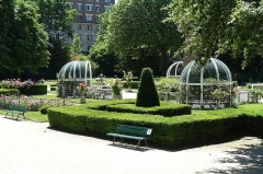 Square René Le Gall - English: Square René-Le Gall, urban park set out in 1938 with gazebos around an obelisk, a chestnut tree from 1893 & play areas.