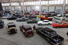 Halle des messageries de la Gare d'Austerlitz -  Vue d'ensemble des véhicules proposés à la vente.