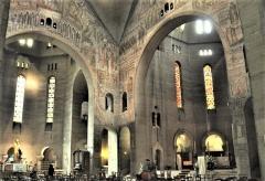 Eglise Saint-Pierre de Chaillot - Français:   Le transept fresques d\'Untersteller et vitraux de Mauméjean