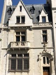 Hôtel particulier - Français:   Hôtel particulier XIXème siècle, de style néo gothique, inscrit à l\'inventaire des Monuments Historiques (68 rue Ampère, Paris 17)