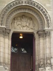 Église Notre-Dame-de-la-Croix - English: Lateral door of the church Notre-Dame de la Croix, with relief on the tympanum showing the flight of Jesus into Egypt.