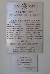 Gare des Chantiers - Plaques en hommage aux agents de la SNCF morts durant la Seconde Guerre mondiale, gare Versailles-Chantiers (Yvelines).