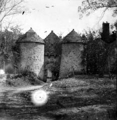 Château de Cornusson - Fonds Trutat - Photographie ancienne  Cote: TRU C 1002 Localisation: Fonds ancien (S 30)  Original non communicable  Titre: Ouvrage d\'entrée, château, Cornusson  Auteur: Trutat, Eugène Rôle de l'auteur: Photographe  Lieu de création: Cornusson (Parisot; château) Date de création:  1859-1910 [entre]  Mesures:: 8 x 8 cm  Observations:  Plaque abimée  Mot(s)-clé(s):  -- Château -- Tour -- Porte -- Entrée -- Tourelle -- Toit -- Chemin -- Pierre -- Jardin -- Parc -- Herbe -- Arbre  -- Parisot (Tarn-et-Garonne) -- Saint-Antonin-Noble-Val (Tarn-et-Garonne; canton) -- Midi-Pyrénées (France) -- Cornusson (Parisot; château)  -- 19e siècle, 2e moitié -- 20e siècle, 1e quart -- 15e siècle  Médium: Photographies -- Négatifs sur plaque de verre -- Noir et blanc -- Vues d\'architecture  http://numerique.bibliotheque.toulouse.fr/cgi-bin/library?c=photographiesanciennes&a=d&d=/ark:/74899/B315556101_TRUC1002  Bibliothèque de Toulouse. Domaine public