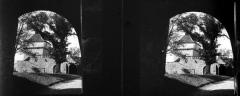 Château de Cornusson - Fonds Trutat - Photographie ancienne  Cote: TRU C 1008 Localisation: Fonds ancien (S 30)  Original non communicable  Titre: Sous le corps de garde, Cornusson  Auteur: Trutat, Eugène Rôle de l'auteur: Photographe  Lieu de création: Cornusson (Parisot; château) Date de création:  1859-1910 [entre]  Mesures:: 5 x 11 cm  Mot(s)-clé(s):  -- Château -- Tour -- Toit -- Mur -- Rempart -- Porte -- Arche -- Balustrade -- Arcade -- Parc -- Arbre  -- Parisot (Tarn-et-Garonne) -- Saint-Antonin-Noble-Val (Tarn-et-Garonne; canton) -- Midi-Pyrénées (France) -- Cornusson (Parisot; château)  -- 19e siècle, 2e moitié -- 20e siècle, 1e quart -- 15e siècle  Médium: Photographies -- Négatifs sur plaque de verre -- Noir et blanc -- Stéréogrammes -- Vues d\'architecture  http://numerique.bibliotheque.toulouse.fr/cgi-bin/library?c=photographiesanciennes&a=d&d=/ark:/74899/B315556101_TRUC1008  Bibliothèque de Toulouse. Domaine public