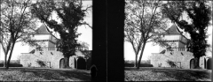 Château de Cornusson - Fonds Trutat - Photographie ancienne  Cote: TRU C 2195 Localisation: Fonds ancien (S 30)  Original non communicable  Titre: Tour d\'angle, Cornusson, octobre 1906  Auteur: Trutat, Eugène Rôle de l'auteur: Photographe  Lieu de création: Cornusson (Parisot; château) Date de création: 1906  Mesures:: 4,5 x 5,5 cm  Observations:  Deux plaques. Note manuscrite de Trutat: \