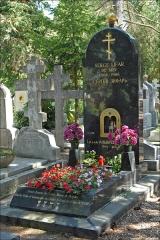 Cimetière de Liers - Français:   La tombe de Serge Lifar, danseur et chorégraphe, né en 1904 à Kiev en Ukraine et mort en 1986 à Lausanne dans le cimetière russe de Sainte-Geneviève-des-Bois (région parisienne). Rudolf Noureev enterré quelques rangées plus loin avait souhaité, au moment de choisir le lieu de sa tombe, qu\'elle soit le plus loin possible de celle de Serge Lifar. Les deux danseurs-chorégraphes ne s\'aimaient guère de leur vivant.