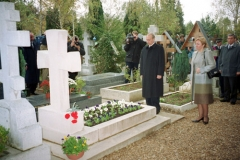 Cimetière de Liers - English: FRANCE. President Putin and his wife Lyudmila laid flowers at the grave of Ivan Bunin at the Russian cemetery in Sainte-Genevieve-des-Bois near Paris.