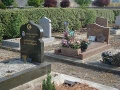 Cimetière musulman - Français:   Tombe du cimetière musulman de Bobigny.  Noter le style occidental de certains tombes.