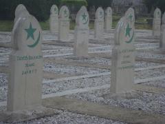 Cimetière musulman - Français:   Tombe de carré militaire du cimetière musulman de Bobigny.
