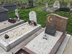 Cimetière musulman - Français:   Tombe de Ahmed Merabet, policier assassiné à Paris le 7 janvier 2015 lors de l\'Attentat contre Charlie Hebdo, dans le Cimetière musulman de Bobigny, en mars 2017.
