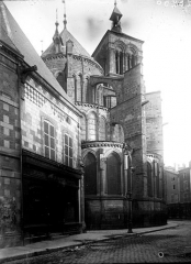 Maison, en bordure du passage de l'abside de l'église de Notre-Dame-en-Vaux -